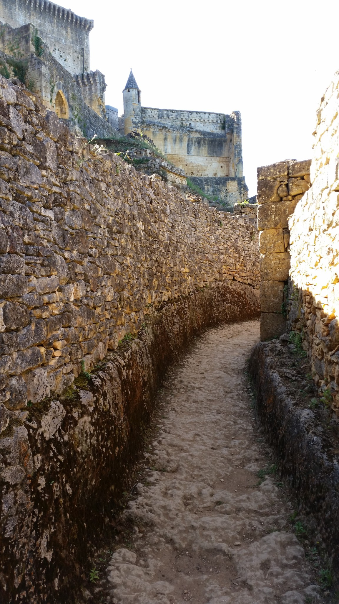 Lo chamin que passava entre ostau e muralha