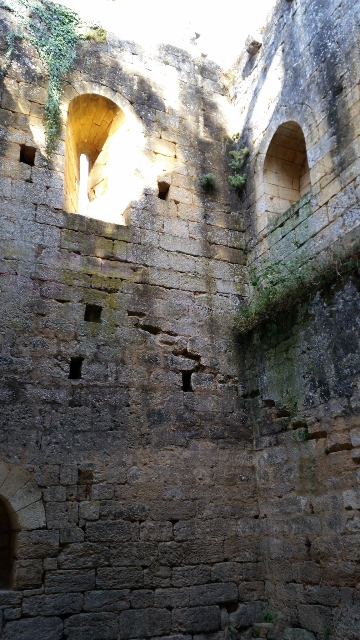 Marcas daus traus e daus esclaiers dins un ancian ostau particulier