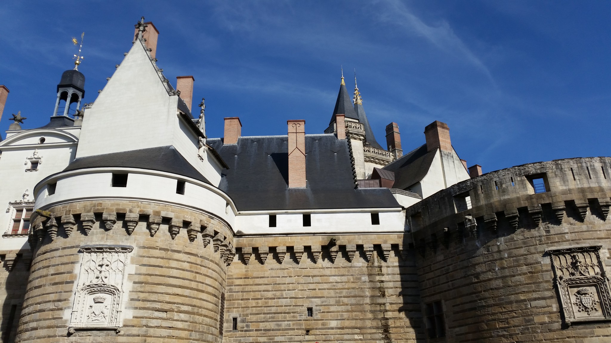 A gaucha, l'entrada principala e la tor de la Bolantjariá emb las armas d'Anna de Bretanha