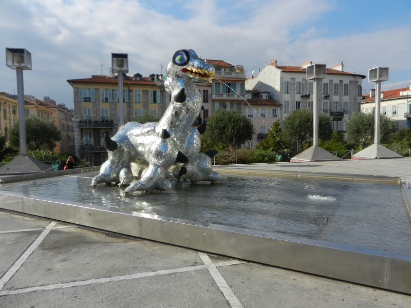 Esplanada Niki de Saint Phalle embé lo Monstre du Loch Ness de Niki de Saint Phalle