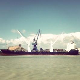 Un naviu au cargament au pòrt de Baiona